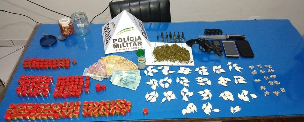 Drogas, veículos, arma e munições foram apreendidas em casa apontada como ponto de tráfico de drogas em Bom Jardim de Minas. Um homem de 39 anos foi detido.  — Foto: Polícia Militar/Divulgação