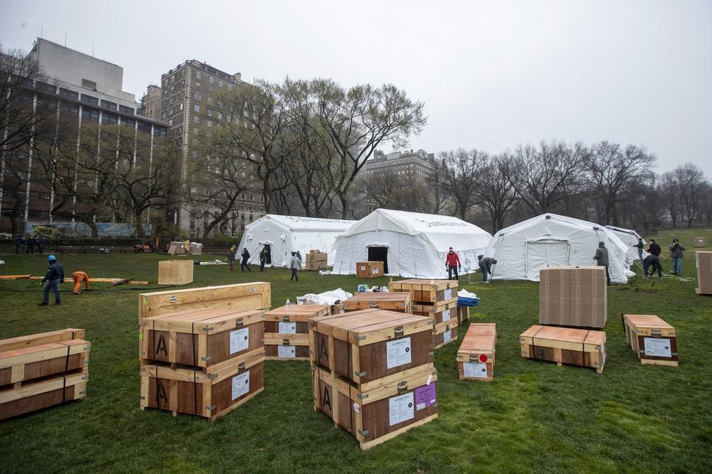 Hospital de campanha sendo montado no Central Park, em Nova York — Foto: Mary Altaffer/AP Photo