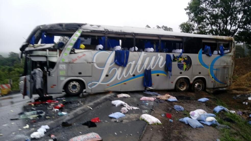 Pertences de jovens ficaram na rodovia após acidente com ônibus do PR na BR-470 em SC neste sábado (Foto: PRF/Divulgação)