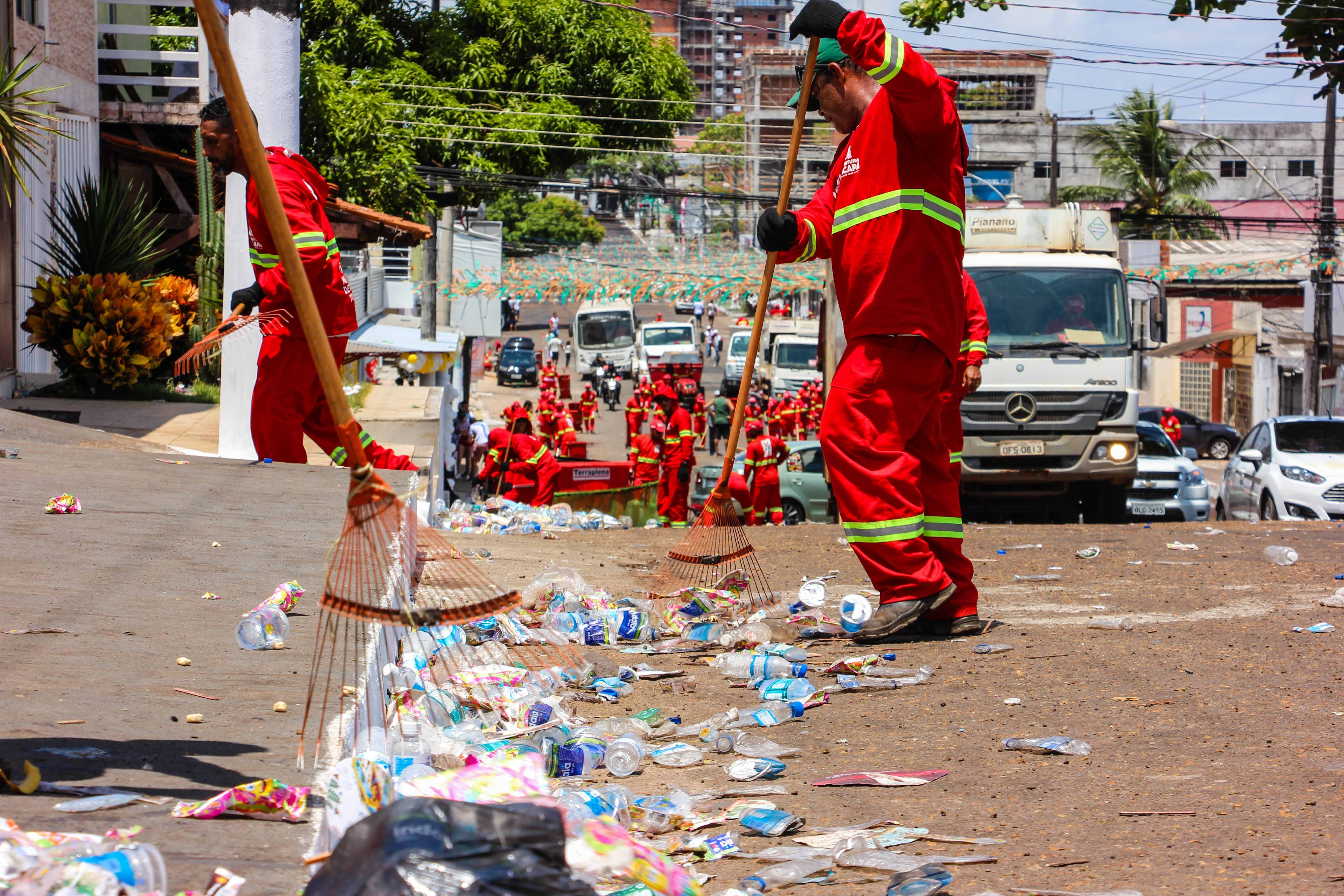 Cerca de 25 toneladas de lixo foram recolhidas do percurso da procissão do Círio em Macapá - Notícias - Plantão Diário
