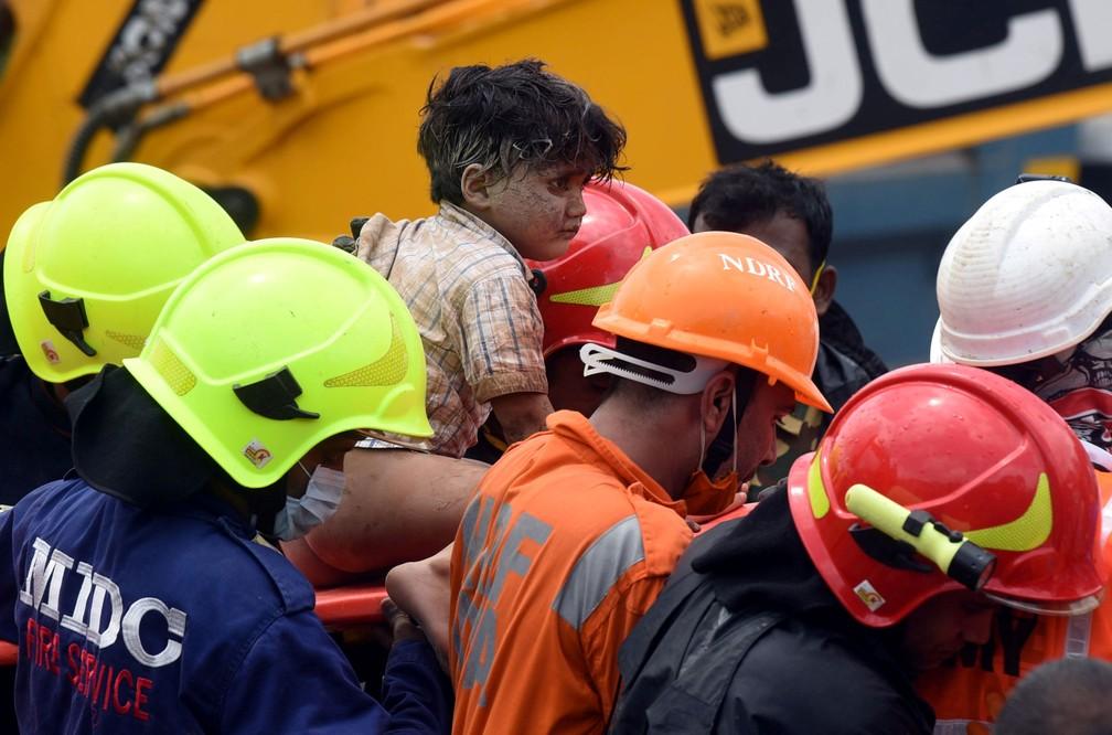 Mohammed Bangi, de quatro anos, foi resgatado dos escombros de prédio que desabou em Mahad, na Índia, nesta terça-feira (25)  — Foto: Reuters