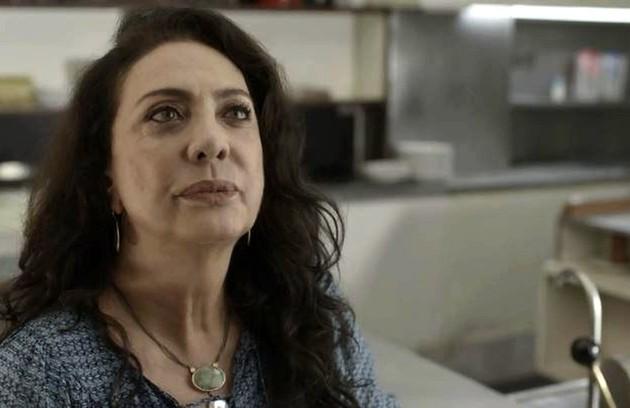 Na terça (7), Rania (Eliane Giardini) enterrará uma caixa às escondidas, mas acabará sendo vista por Santinha (Cristiane Amorim) (Foto: Reprodução)