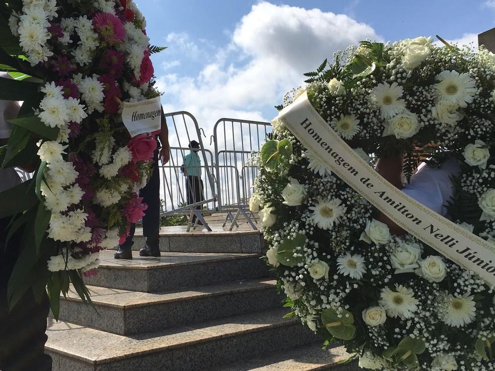 Coroas de flores são levadas ao velório em homenagem ao ex-prefeito Agripino Lima (Foto: Valmir Custódio/G1)