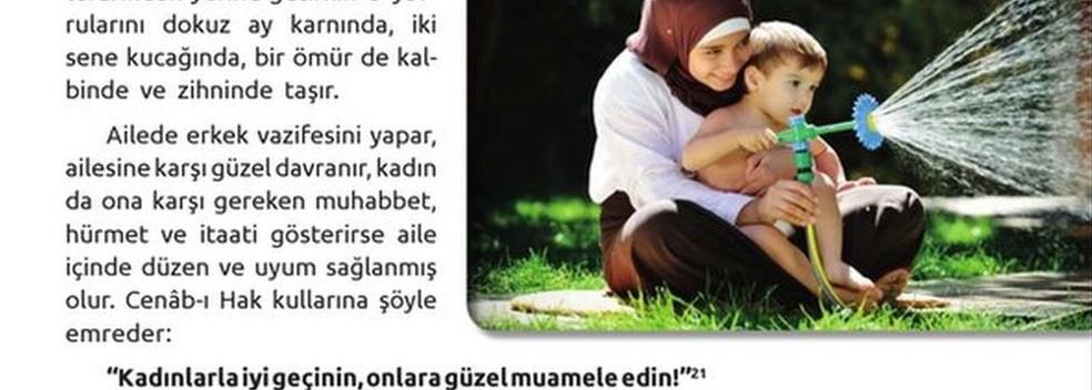 Críticos dizem que os livros didáticos definem o papel da mulher como o de 'esposa', enquanto o homem é retratado como 'mais forte' (Foto: Ministério da Educação da Turquia)