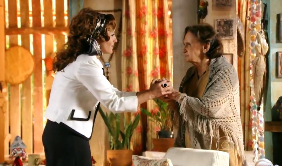 Guiomar (Cláudia Netto) se compromete a ajudar Veridiana (Laura Cardoso) a procurar por Maria Adília (Inez Viana) - 'Flor do Caribe' — Foto: Globo