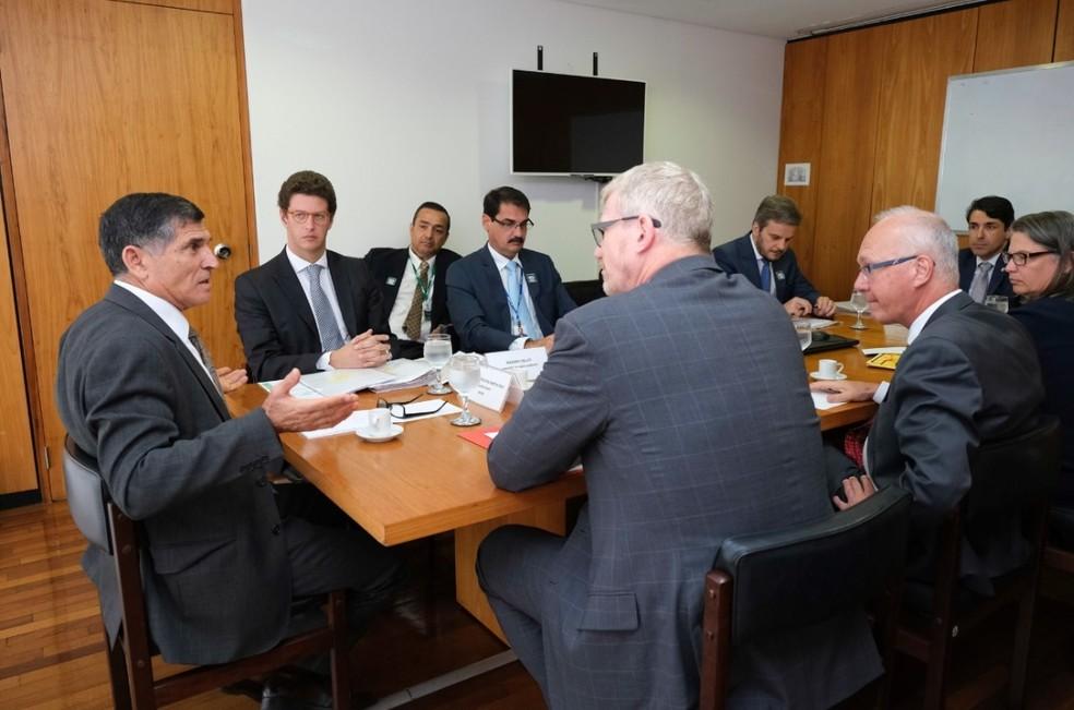 O ministro do Meio Ambiente, Ricardo Salles (segundo da esquerda para a direita), durante encontro no Planalto sobre o Fundo Amazônia — Foto: Wilson Mendes/Secretaria de Governo