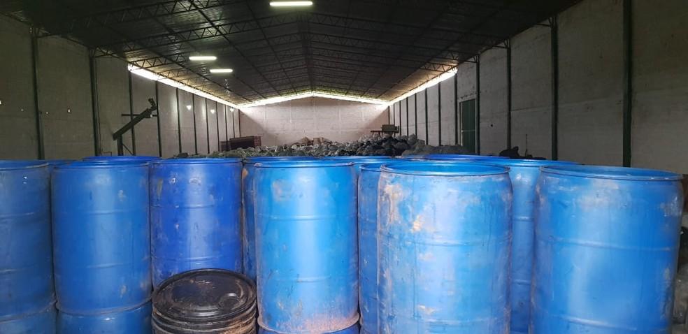 Montanhas de lixo foram encontradas dentro de galpão — Foto: Felipe Maranhão/TV Anhanguera