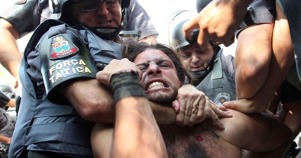 Rafael Lusvarghi quando foi preso em São Paulo durante portesto contra a Copa, em 12 de junho de 2014 (Foto: Robson Fernandes/Arquivo Estadão Conteúdo - 12/06/2014)