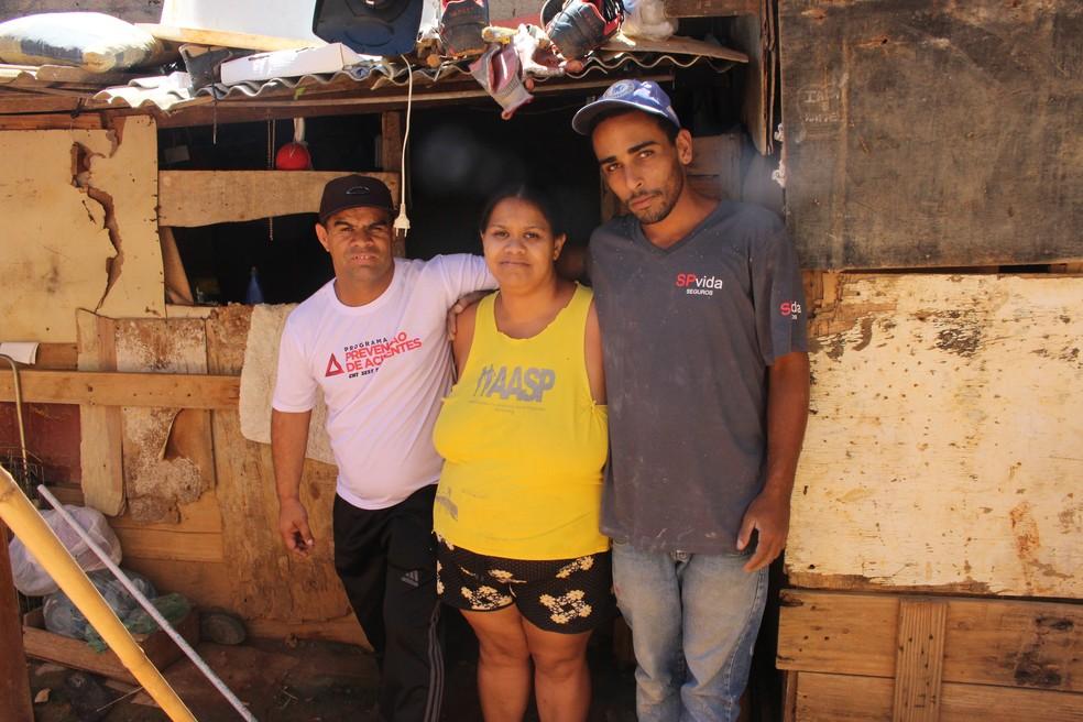William (à direita) ajuda os universitários a construírem a casa da família em Sorocaba — Foto: Carlos Dias/G1