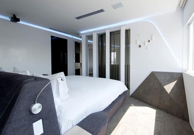Quarto tecnológico da Accor: cama gira com controle pelo tablet e paredes se movem para dar maior amplitude ao dormitório (Foto: Divulgação/AccorHotels)