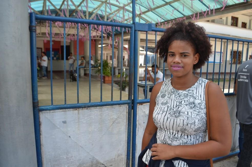 Natália Silva, de 17 anos, estudante de comunidade quilombola, chega uma hora antes dos portões abrirem em Macapá — Foto: Victor Vidigal/G1