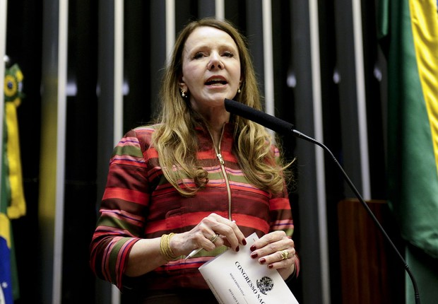 A senadora Vanessa Grazziotin (PCdoB-AM) durante sessão conjunta do Congresso Nacional destinada à apreciação de vetos e projetos que alteram a meta fiscal de 2016 (Foto: Marcos Oliveira/Agência Senado)