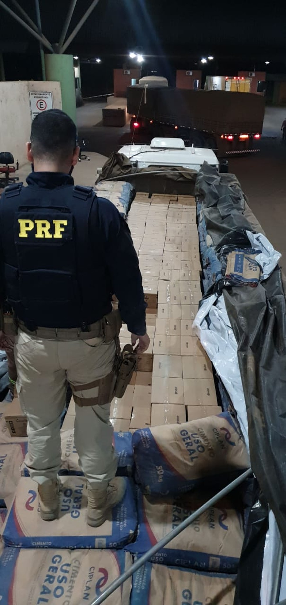 Carga de cachaça foi apreendida e levada à Sefin — Foto: PRF/Divulgação