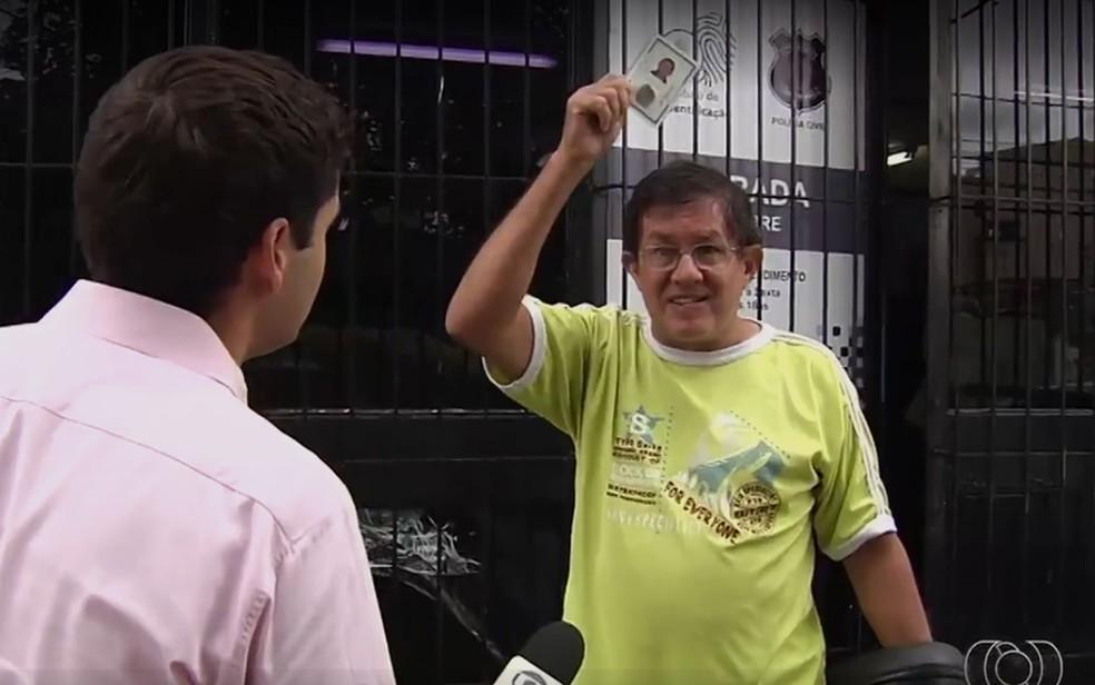 -  Funcionário público federal, Joel Araújo comemorou por pegar o RG após quatro meses de espera, em Goiânia, Goiás  Foto: Reprodução/TV Anhanguera