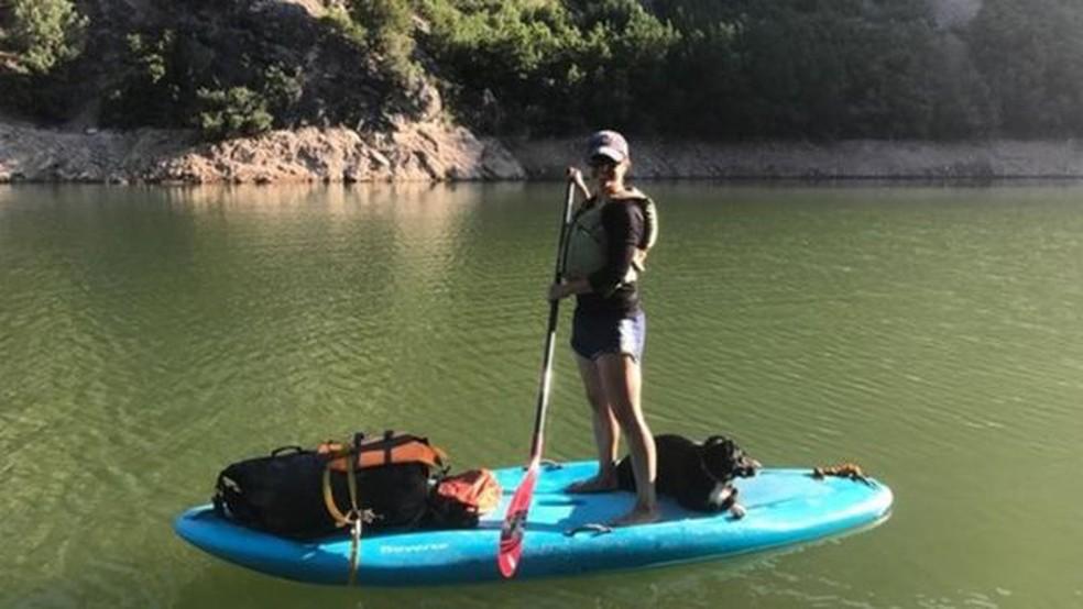 Julie Young conta ter sido trabalhoso ensinar seu cão a não perseguir animais selvagens — Foto: Julie Young