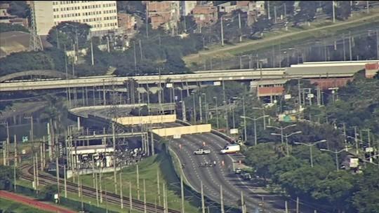 Equipes realizam trabalho de sustentação do viaduto da Marginal Pinheiros que cedeu