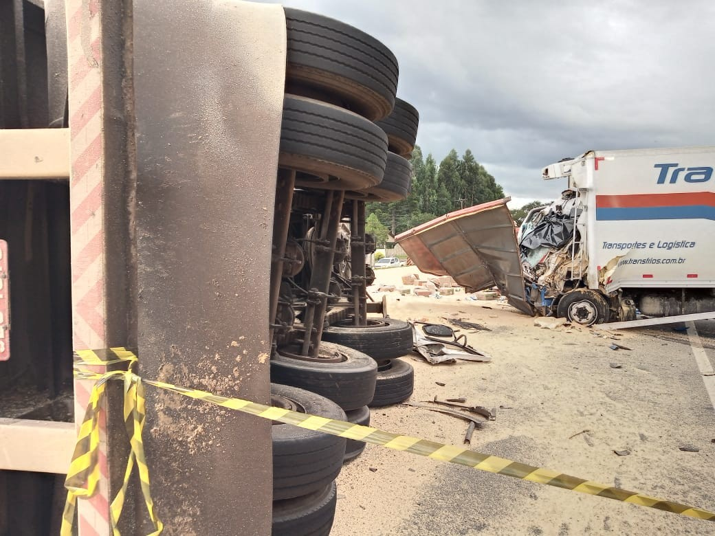 Homem morre em acidente envolvendo três caminhões e uma moto na BR-277, em Guarapuava