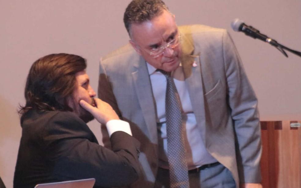 Líder do governo na CLDF, Claudio Abrantes (sentado), em conversa com ex-distrital Bispo Renato Andrade — Foto: Isis Dantas/Divulgação
