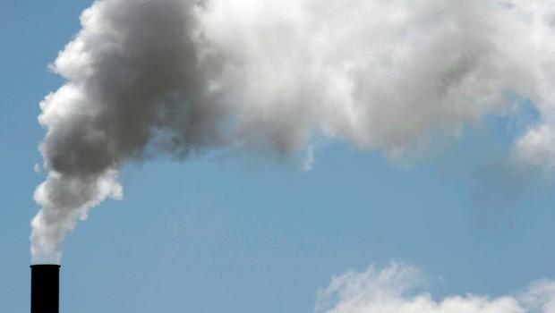 Poluição - meio ambiente - indústria - ar - Chaminé é vista em Bassens, na França (Foto: Regis Duvignau/Reuters)