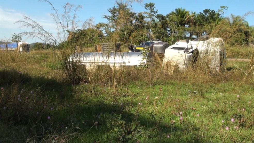 Caminhão ficou danificado na margem da rodovia — Foto: Rede Amazônica/Reprodução