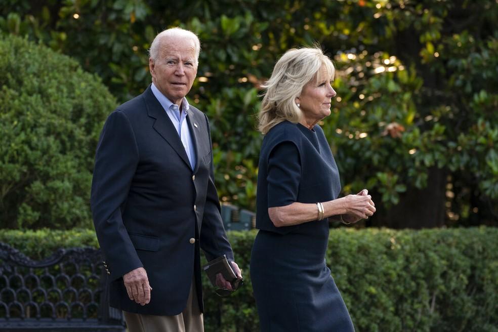 Presidente Joe Biden dos EUA e primeira-dama Jill antes de embarcar para a Flórida em 1º de julho de 2021 nos jardins da Casa Branca — Foto: Manuel Balce Ceneta/AP