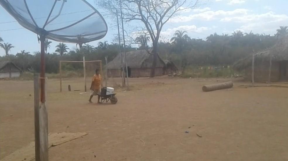 Indígena carrega água em carrinho de mão, na Ilha do — Foto: Reprodução/TV Anhanguera