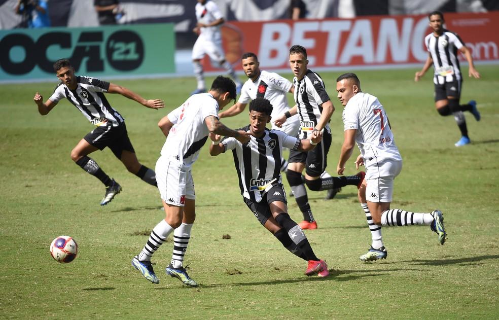 Warley foi titular na reta final do Carioca e também na estreia na Série B — Foto: André Durão/ge