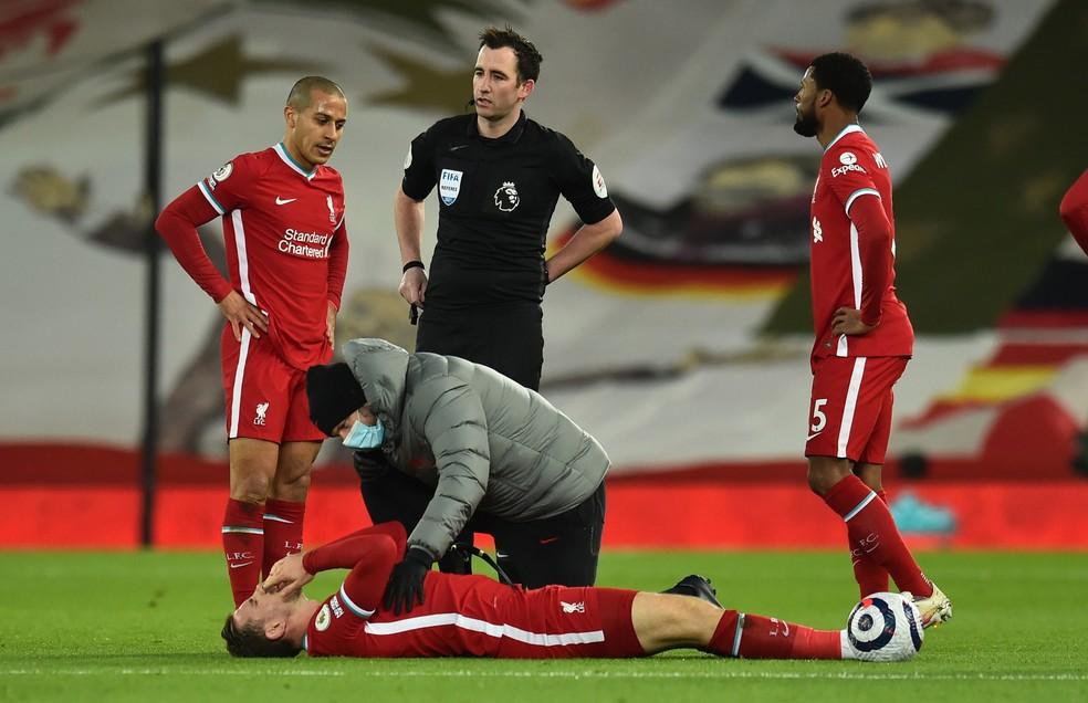 Henderson sofreu lesão durante a derrota do Liverpool para o Everton — Foto: Getty Images