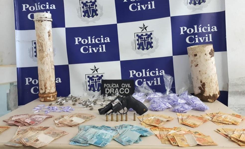 Drogas, armas e dinheiro são descobertos pela polícia no bairro de Pau da Lima — Foto: Foto: Divulgação SSP-BA