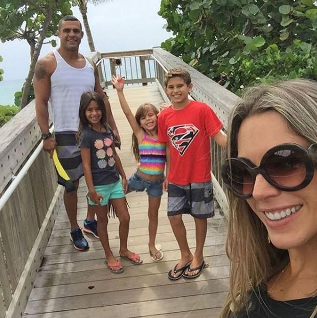 Joana Prado com Vítor Belfort e os filhos, Davi, Kyara e Victoria (Foto: Reprodução/Instagram)