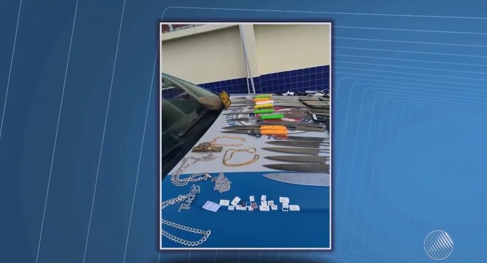 Mulheres são presas ao tentarem entrar em presídio com 28 facas, 18 celulares e 16 chips em vasilhas de comida (Foto: Reprodução/TV Santa Cruz)