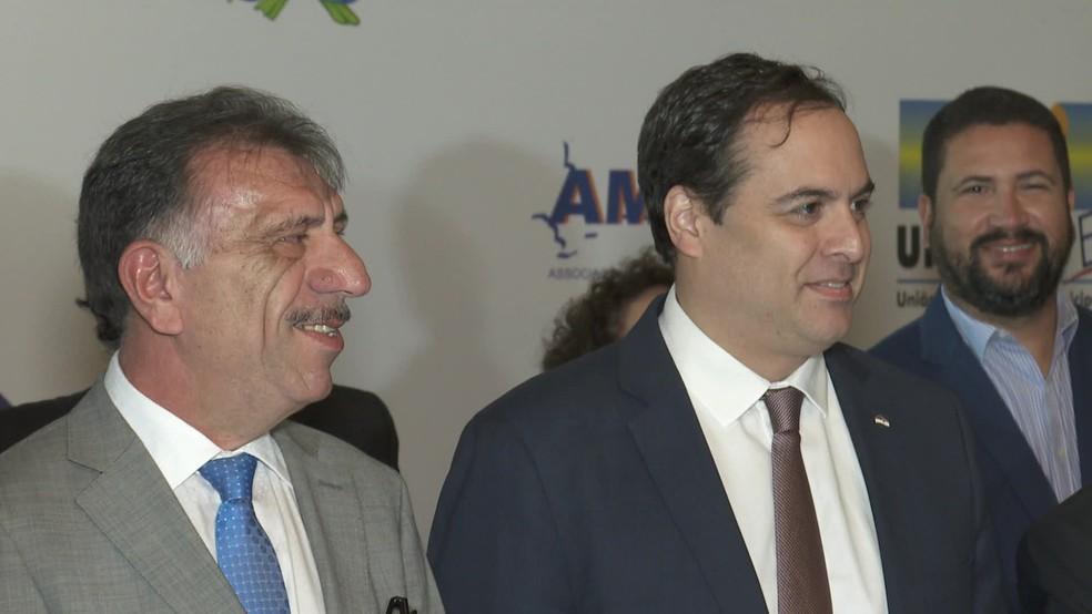 José Patriota, presidente da Associação dos Municípios de Pernambuco (Amupe), e o governador Paulo Câmara (PSB) compareceram à sanção da lei — Foto: Reprodução/TV Globo