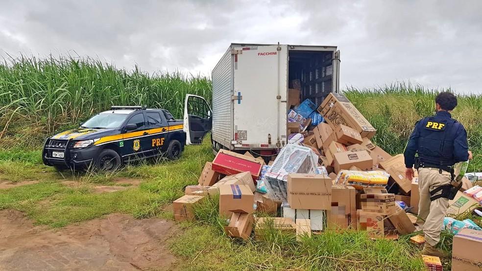 Carga de eletrônicos, alimentos e outros produtos foi encontrada perto da BR-428, em Paudalho — Foto: Polícia Rodoviária Federal/Divulgação
