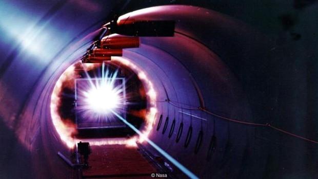 A Nasa testa painéis em laboratórios ao disparar fragmentos a velocidades de até 27 mil kmh (Foto: Nasa - via BBC News)