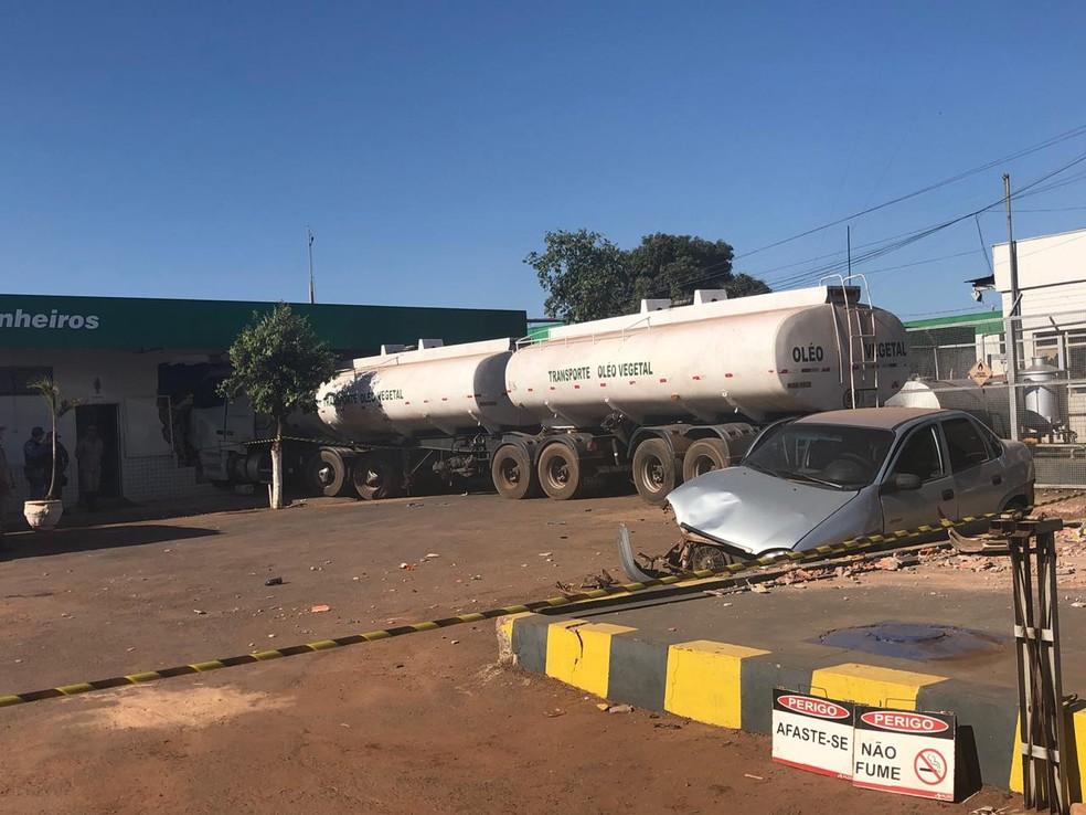 Ao invadir o posto, caminhão arrastou dois carros. — Foto: Indianara Campos/TVCA