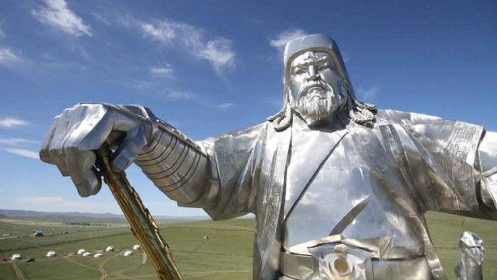 Estátua de Genghis Khan no interior da Mongólia custou US$ 4,1 milhões — Foto: Mariana Veiga / BBC
