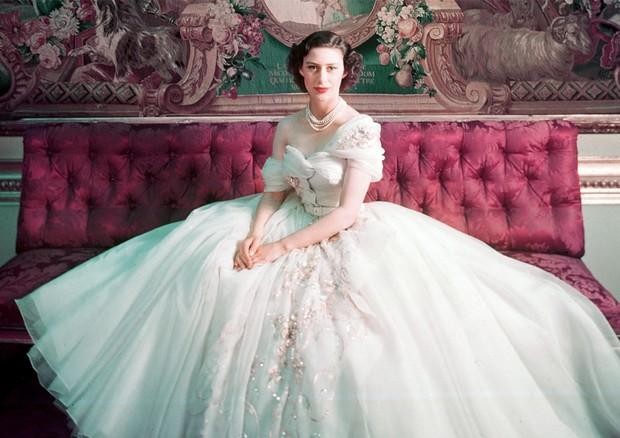 A princesa Margaret em seu baile de debutante, em 1951, com vestido criado para ela por Christian Dior (Foto: Sophie Carre, Cecil Beaton)