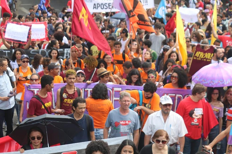 TERESINA, 10h18: Manifestantes com cartazes no Centro da capital  — Foto: Andrê Nascimento/G1