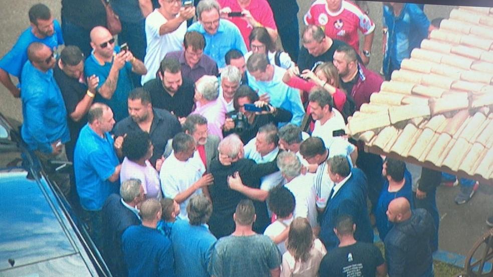 Lula é recebido com abraços em São Bernardo do Campo — Foto: Reprodução/TV Globo