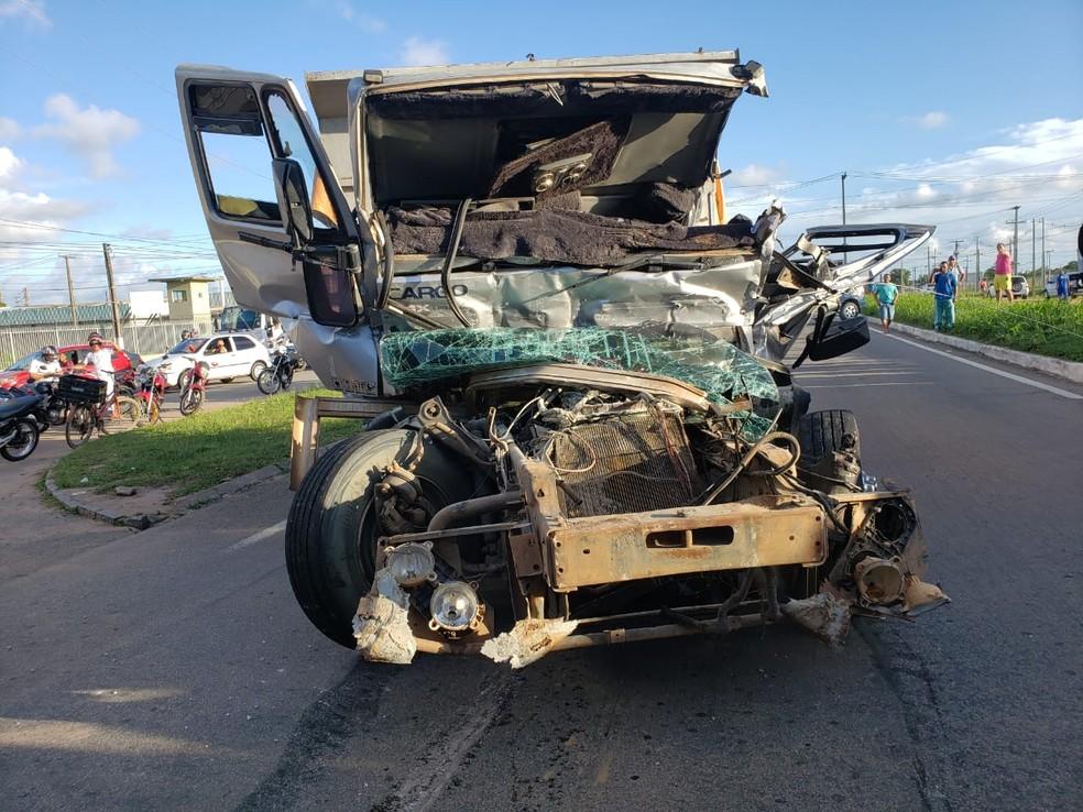 Frente do caminhão caçamba ficou destruída após o acidente — Foto: PRF/Divulgação
