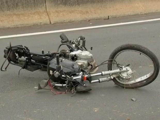 Moto ficou destruída em acidente (Foto: Reprodução/TV TEM)