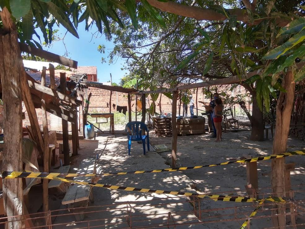Polícia isolou o local onde menina morreu eletrocutada após tocar em cerca. — Foto: Neyla do Rego Monteiro/G1