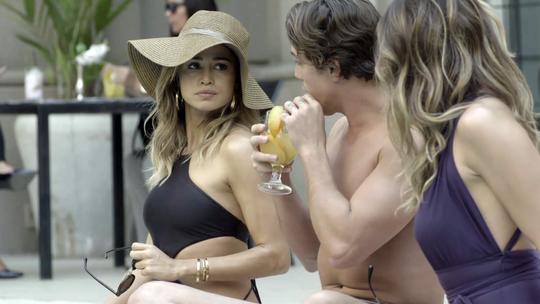 Sandra Helena e Maria Pia se estranham na piscina do hotel