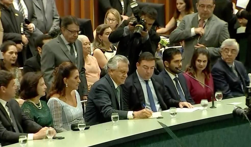 Momento em que Ronaldo Caiado assinou o termo de posse, em Goiânia, Goiás — Foto: Reprodução/TV Anhanguera