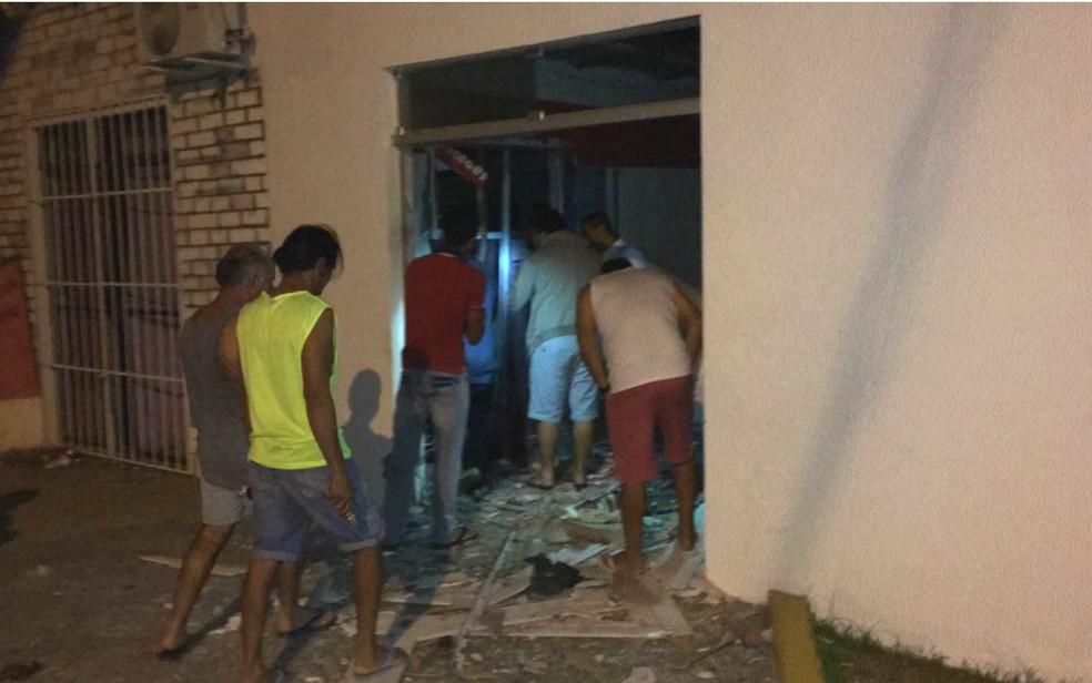 Populares foram ao local depois dos bandidos fugirem (Foto: Divulgação/Polícia Civil)