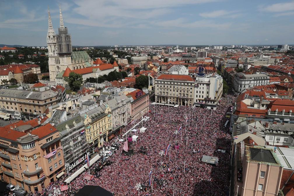 Multidão lota praça de Zagreb vestida com as cores da bandeira da Croácia, à espera da passagem da seleção em carro aberto no retorno após a Copa do Mundo (Foto: Marko Djurica/Reuters)