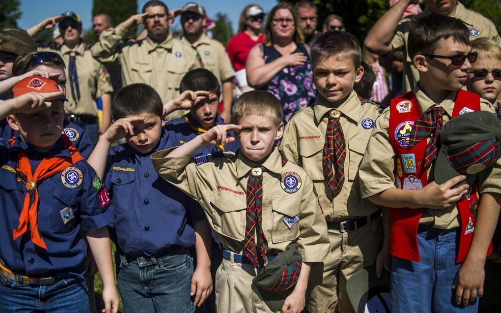 -  Escoteiros fazem saudação durante cerimônia do Memorial Day em Linden, Michigan, no dia 29 de maio  Foto: Jake May/The Flint Journal - MLive.com via