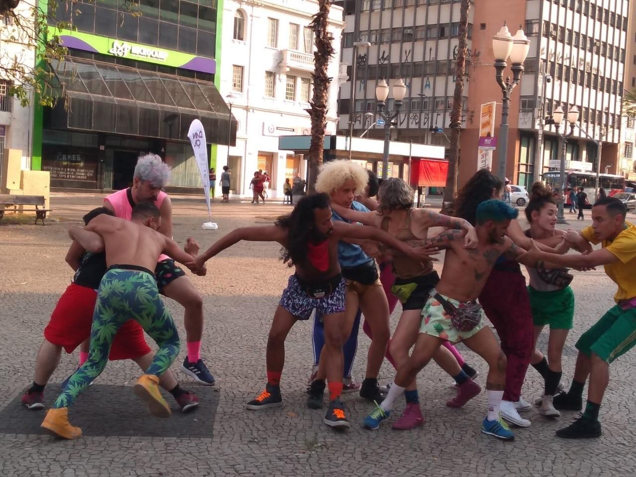 Dançarinos fazem 'arrastão' no centro de Campinas e ação de protesto contra violência e discriminação mexe com público - Notícias - Plantão Diário