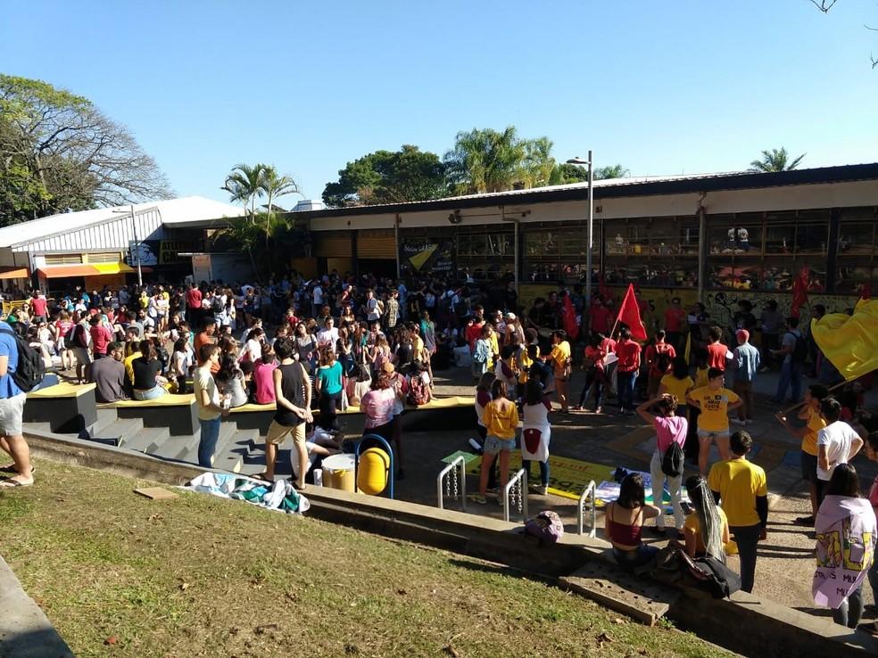 SÃO CARLOS, 9h: Estudantes da USFCar prostentam nesta quinta-feira (30) — Foto: Gabrielle Chagas/G1