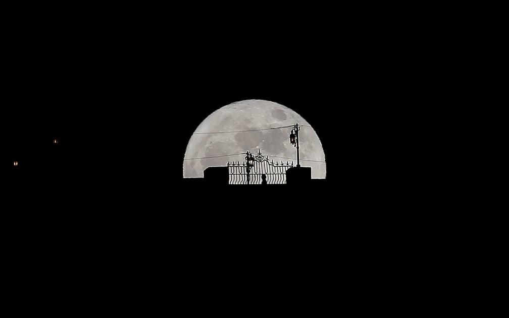 Silhueta e a Superlua em Ronda, no sul da Espanha (Foto: Jon Nazca / Reuters)